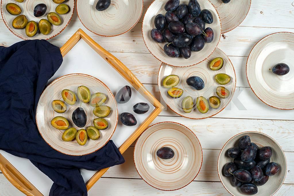 Blank white dish on a wood background. — Image 42230