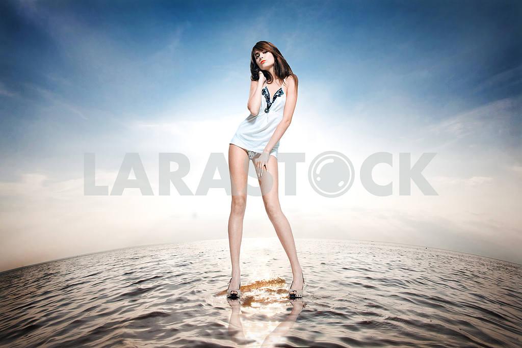 Красивая девушка, стоя на воде — Изображение 9640