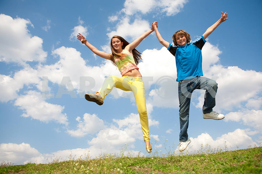 Girl and boy jumping — Image 11160