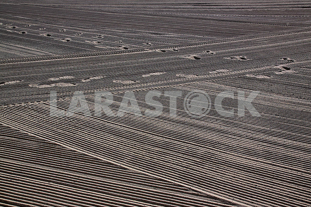 Traces of man on a clean sandy tractor on the Mediterranean Sea — Image 70070