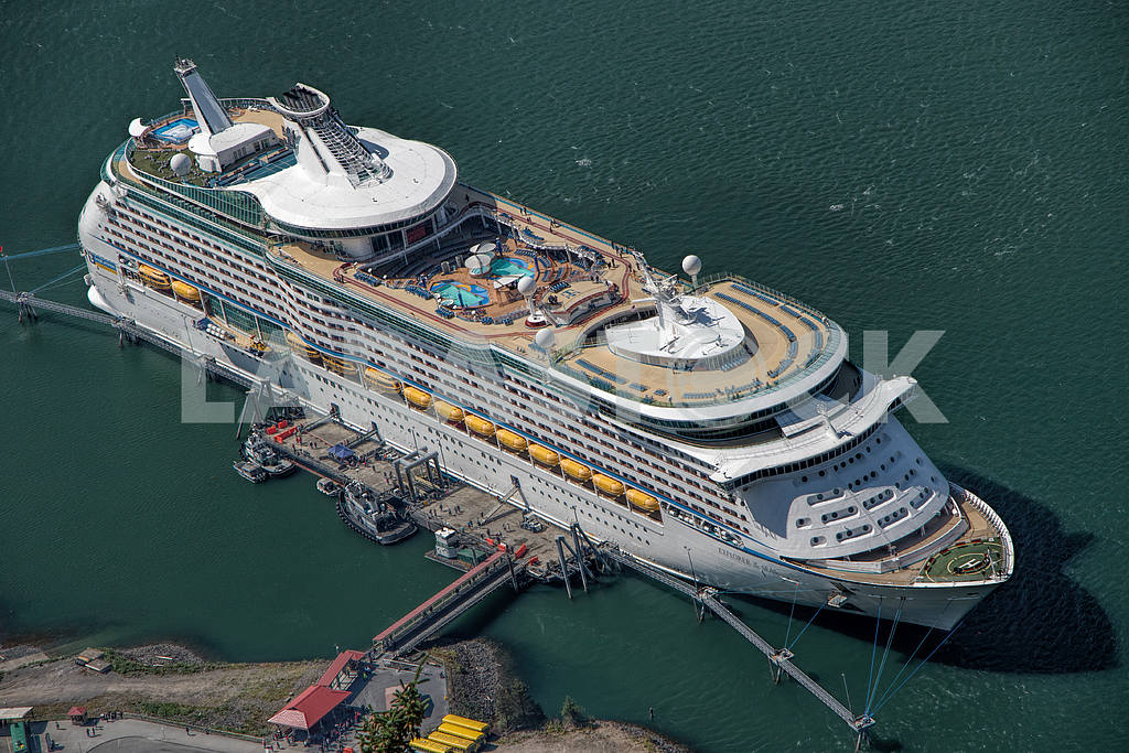 Cruise ship moored to the pier — Image 36070