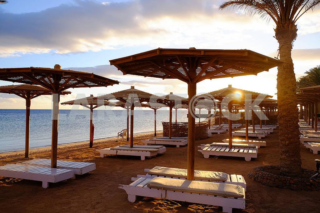 Beach umbrellas and sun loungers — Image 68070