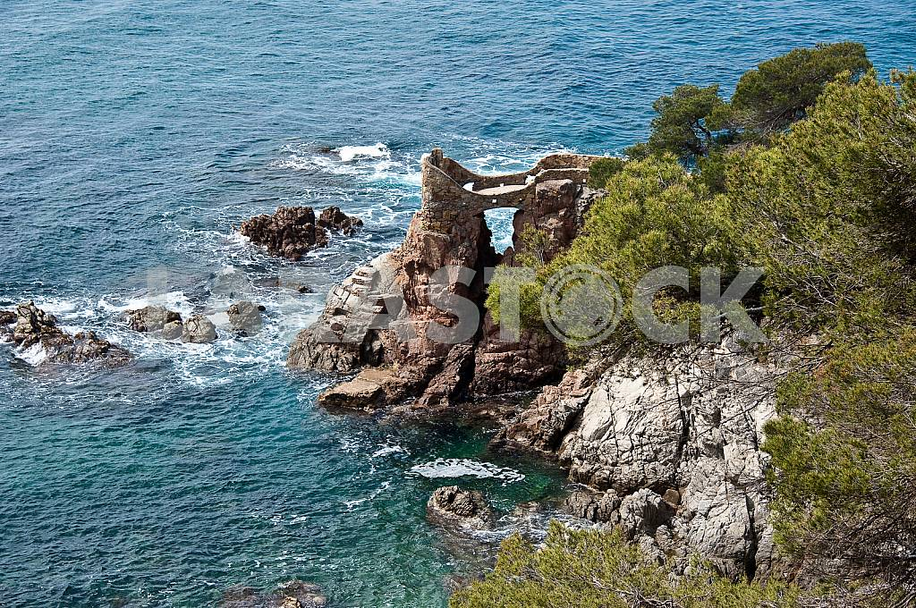 Stone grotto with an observation platform on the cliff. — Image 27480