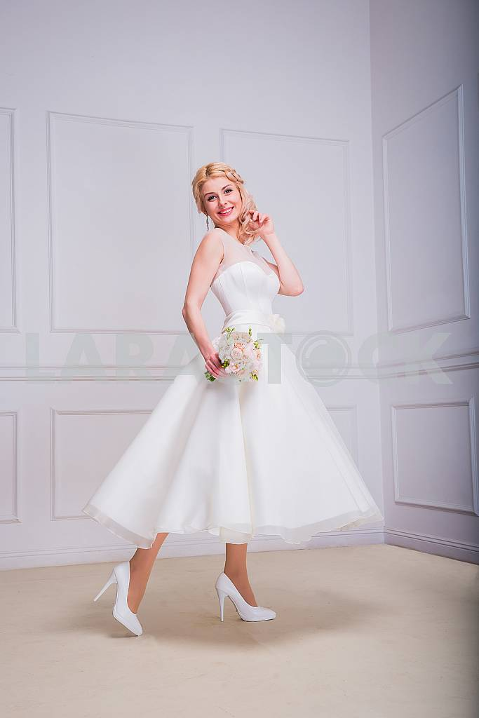 Blonde beautiful bride in short dress with wedding bouquet — Image 29280