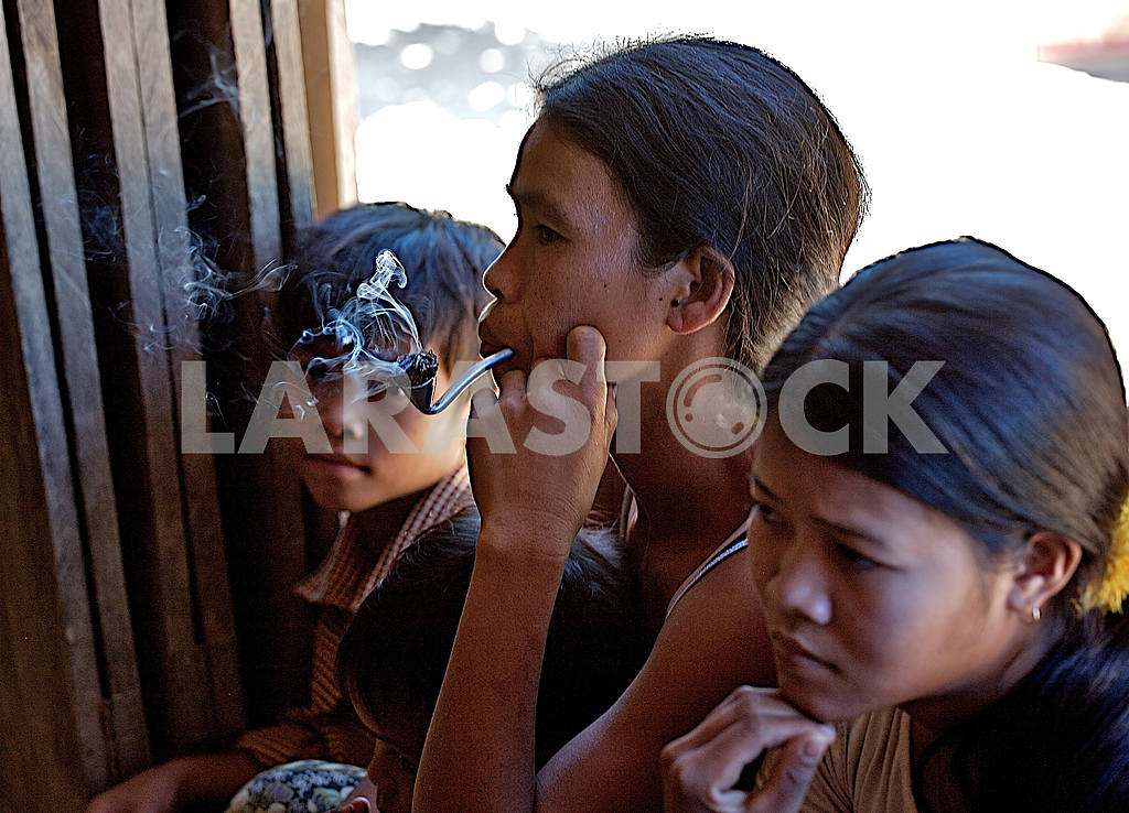 Mother and children with a pipe.Cambodia. In the jungle, the fa — Image 21190
