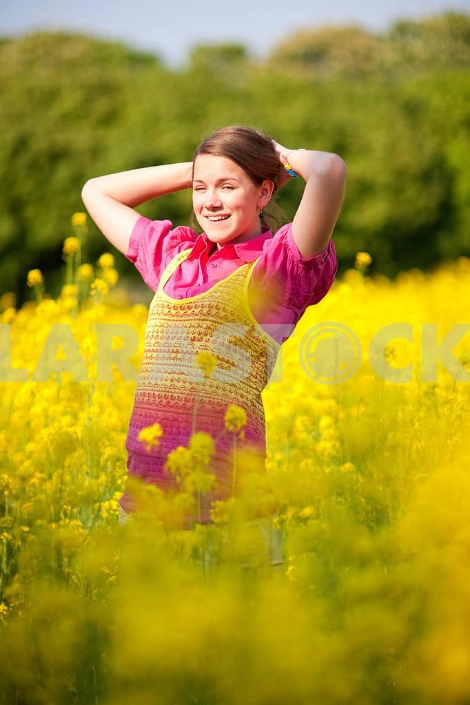 Довольно улыбается девушка расслабляющий на зеленый луг , полный цветов . Так — Изображение 11111