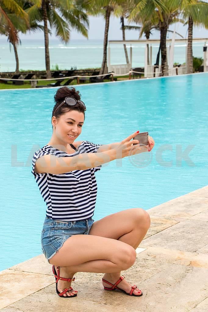 Selfies by the pool overlooking the ocean — Image 32021