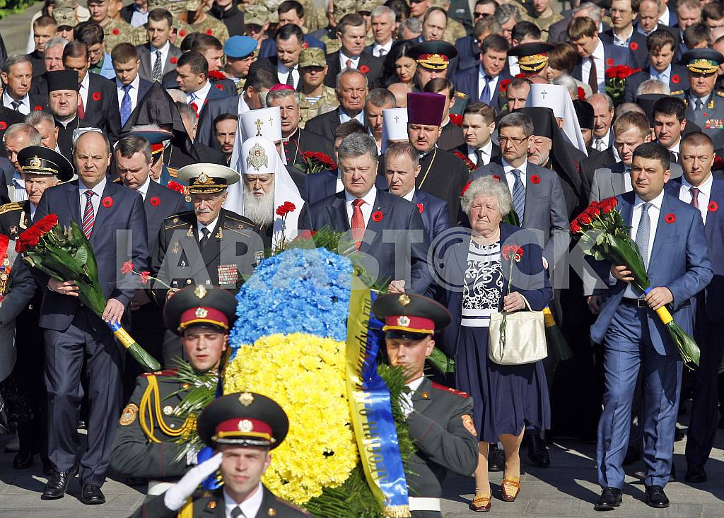 Petro Poroshenko lay flowers at the Tomb of the Unknown Soldier — Image 29531