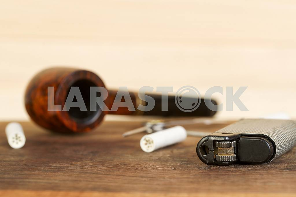 Smoking pipe on a wooden table. Aroma. Copy space — Image 41951