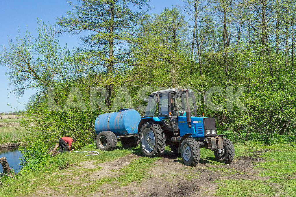 The tractor with a barrel in the woods — Image 52161