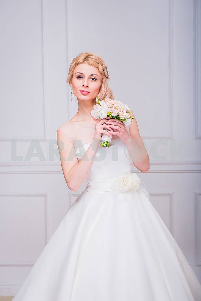 Blonde beautiful bride in short dress with wedding bouquet — Image 29281