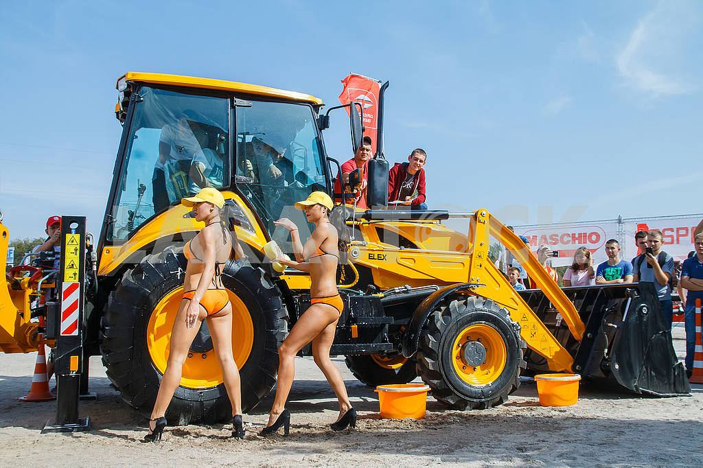 Girls washcloths and shampoo wash bikini excavator washing. — Image 62791