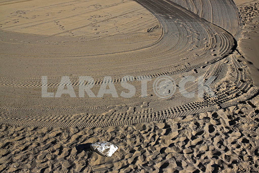 Great lonely white stone on the sandy beach — Image 69812