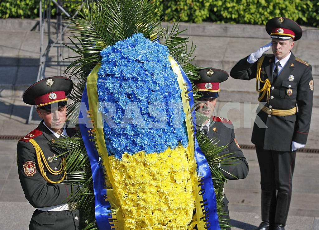 Petro Poroshenko lay flowers at the Tomb of the Unknown Soldier — Image 29532