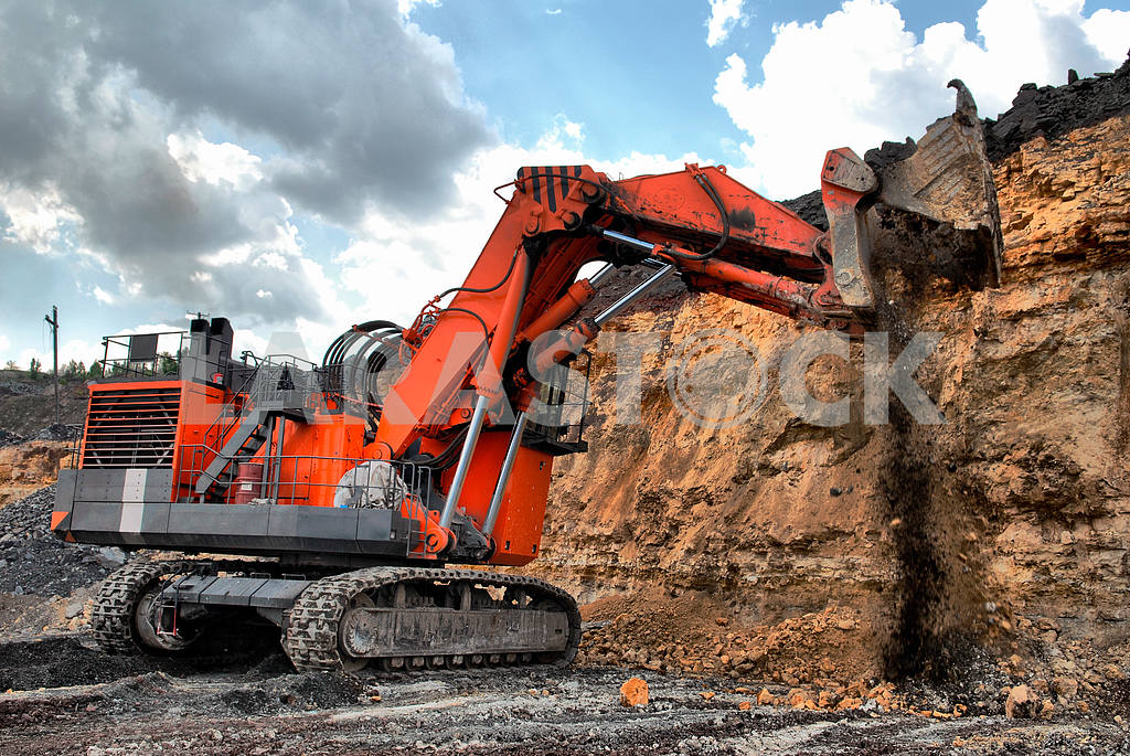 Big dredge digs the earth — Image 17642