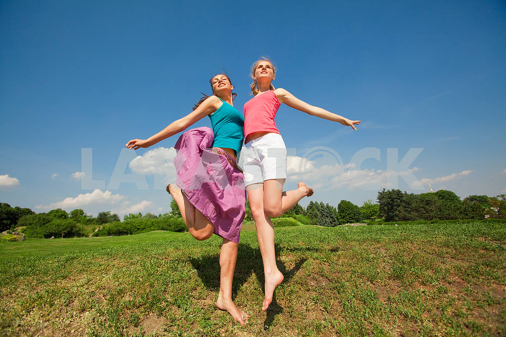 Happy people is jumping in field — Image 5942