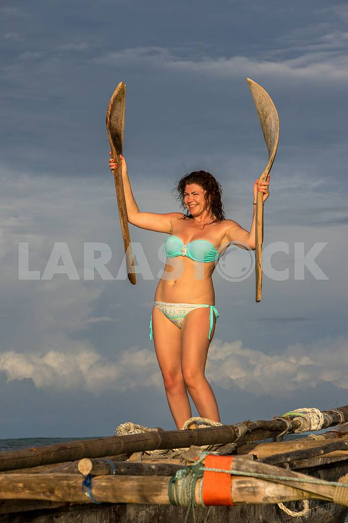 Woman with oars — Image 32142