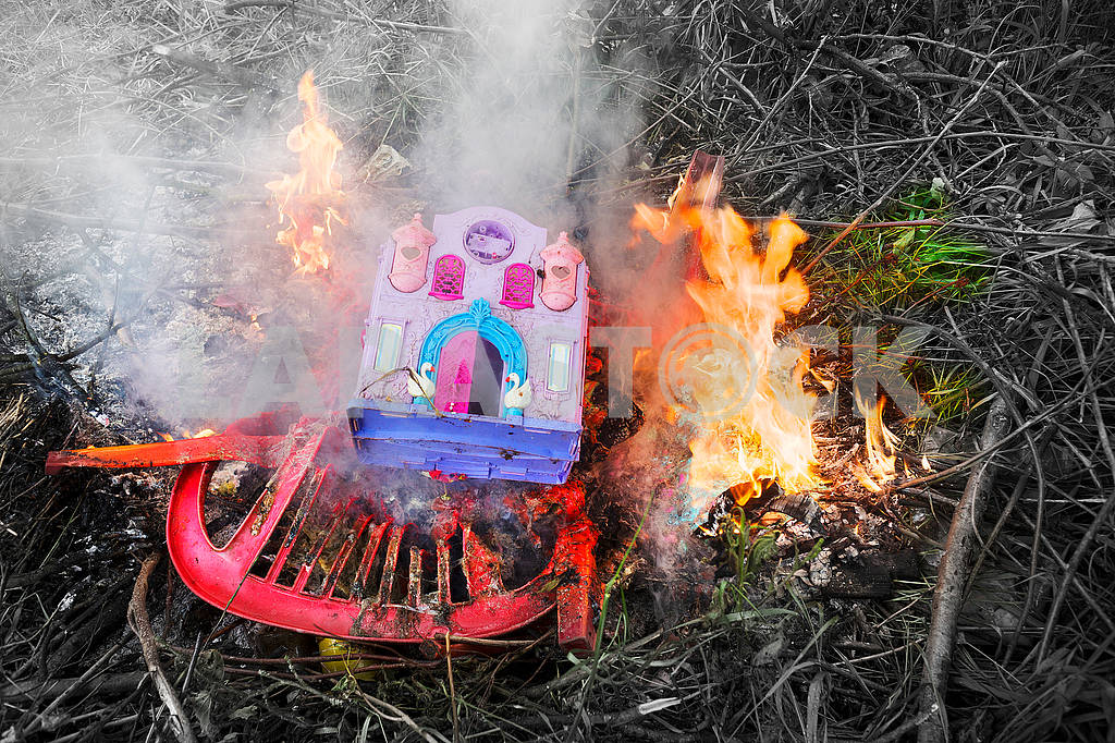 Burning plastic household — Image 71662