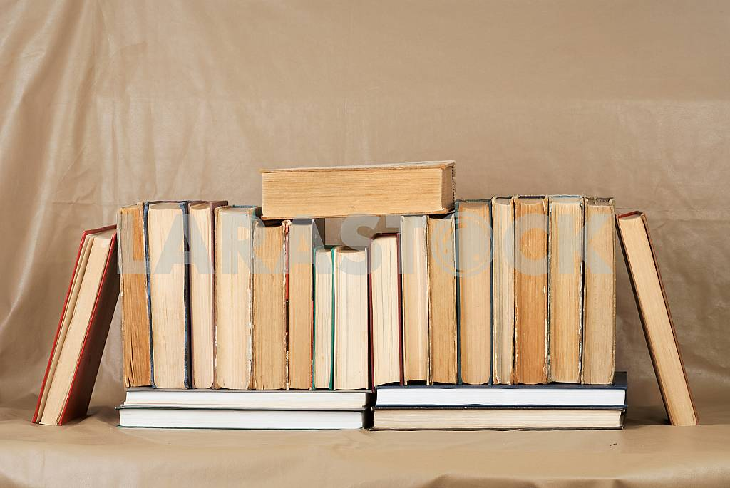 Old and used hardback books or text books on wooden table. Books and reading are essential for self improvement, gaining knowledge and success in our careers, business and personal lives. Copy space — Image 40782