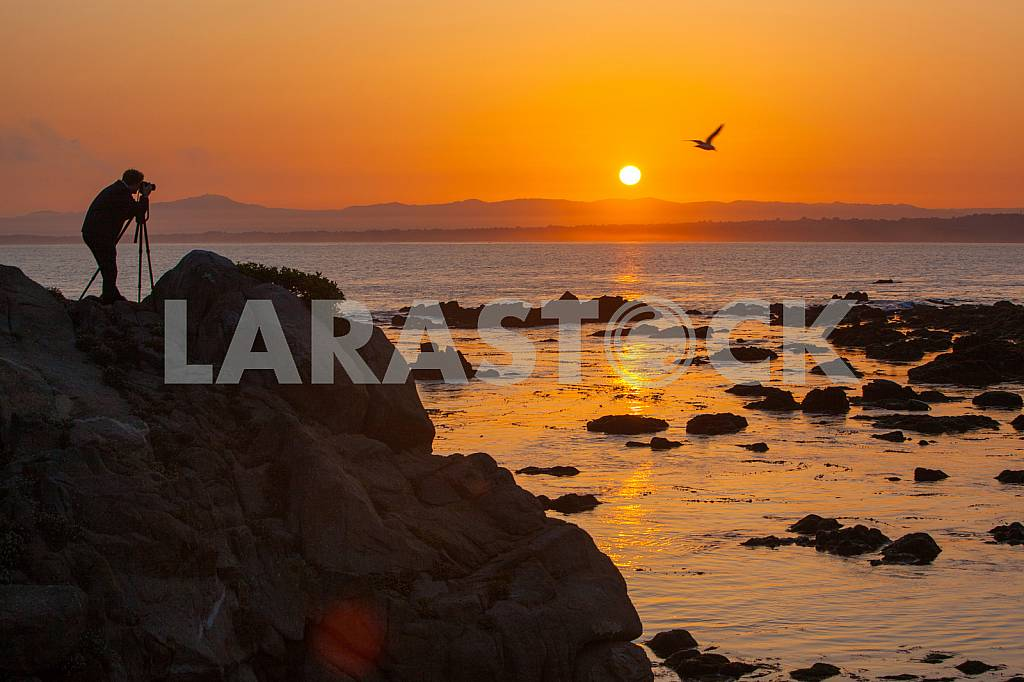 Photographer is macking photos of sunrise  on the shore of the Pacific ocean — Image 32813