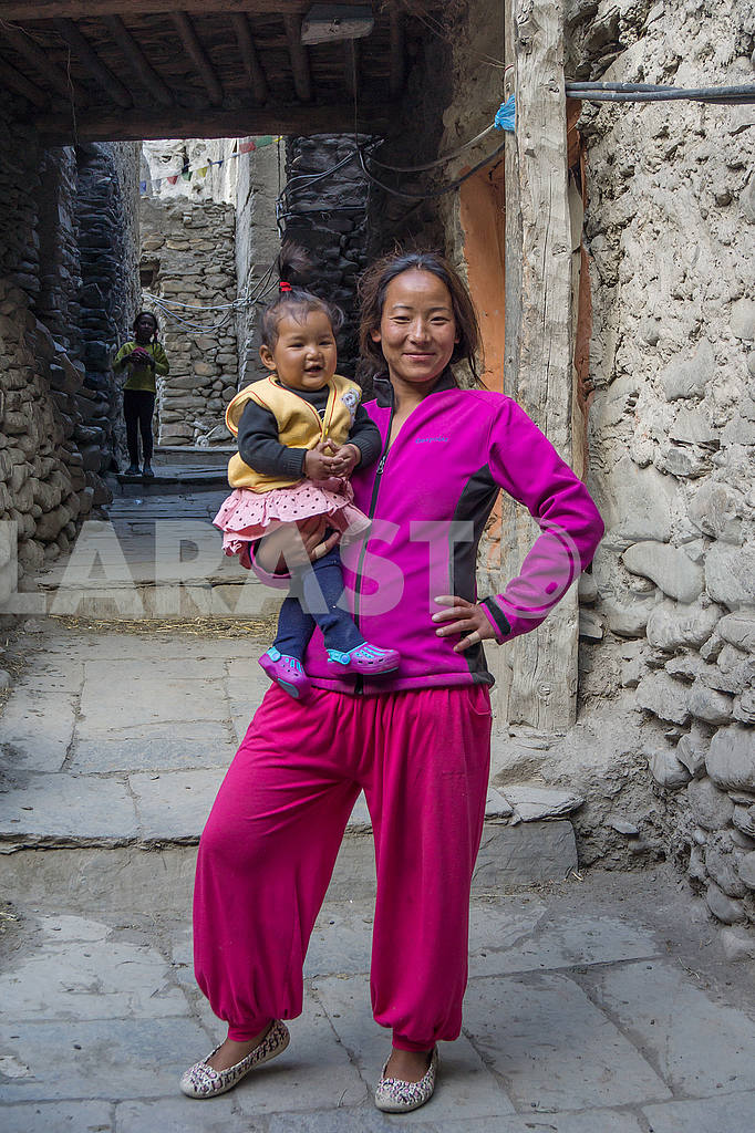 A woman with a baby in her arms — Image 49433