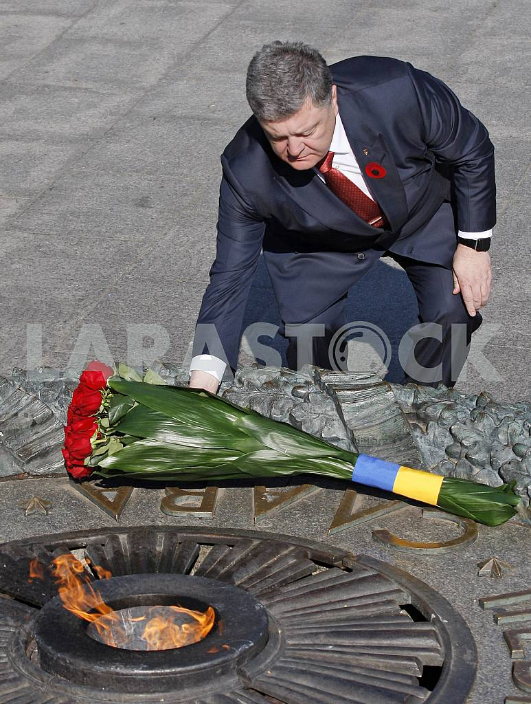 Petro Poroshenko lay flowers at the Tomb of the Unknown Soldier — Image 29533