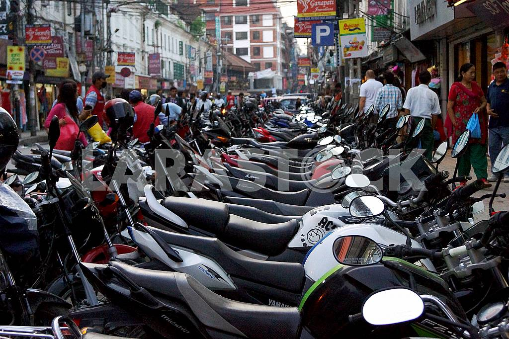 Mopeds and motorcycles in the streets of Thamel — Image 22653
