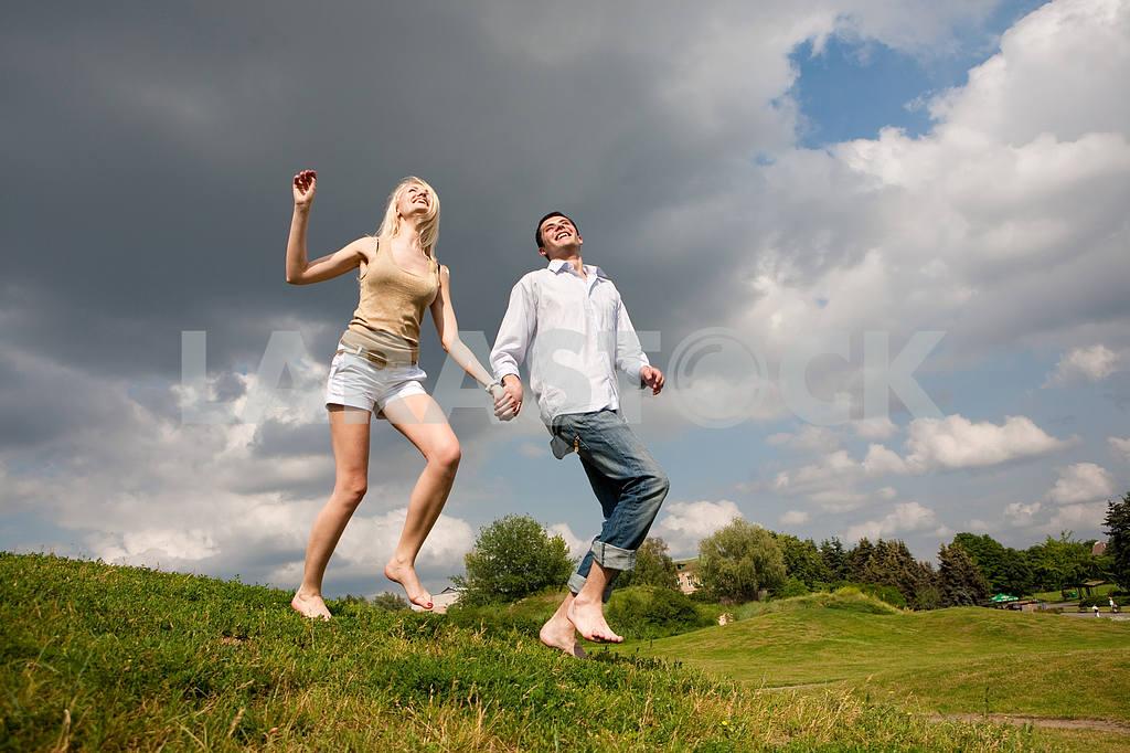 Молодые любви пара, улыбаясь в голубое небо — Изображение 5163