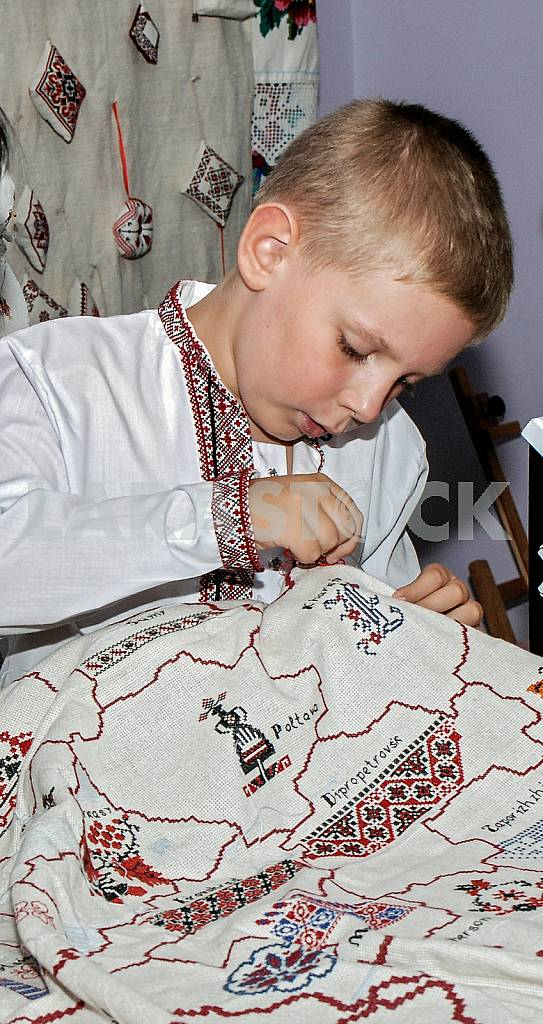 Boy embroider map of Ukraine in July 2012 — Image 33473