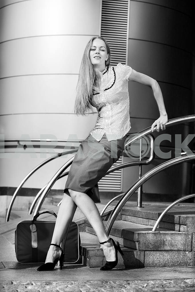 Beautiful young woman with a suitcase against the backdrop of th — Image 4473