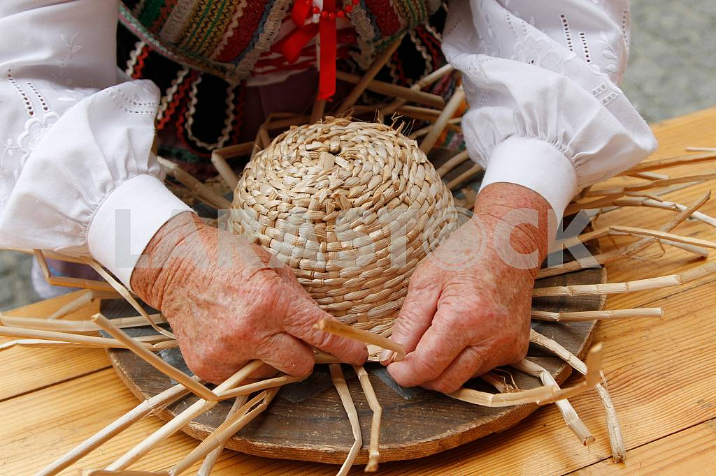 A woman weaves a hat made of straw on the Jagiellonian Fair — Image 33883
