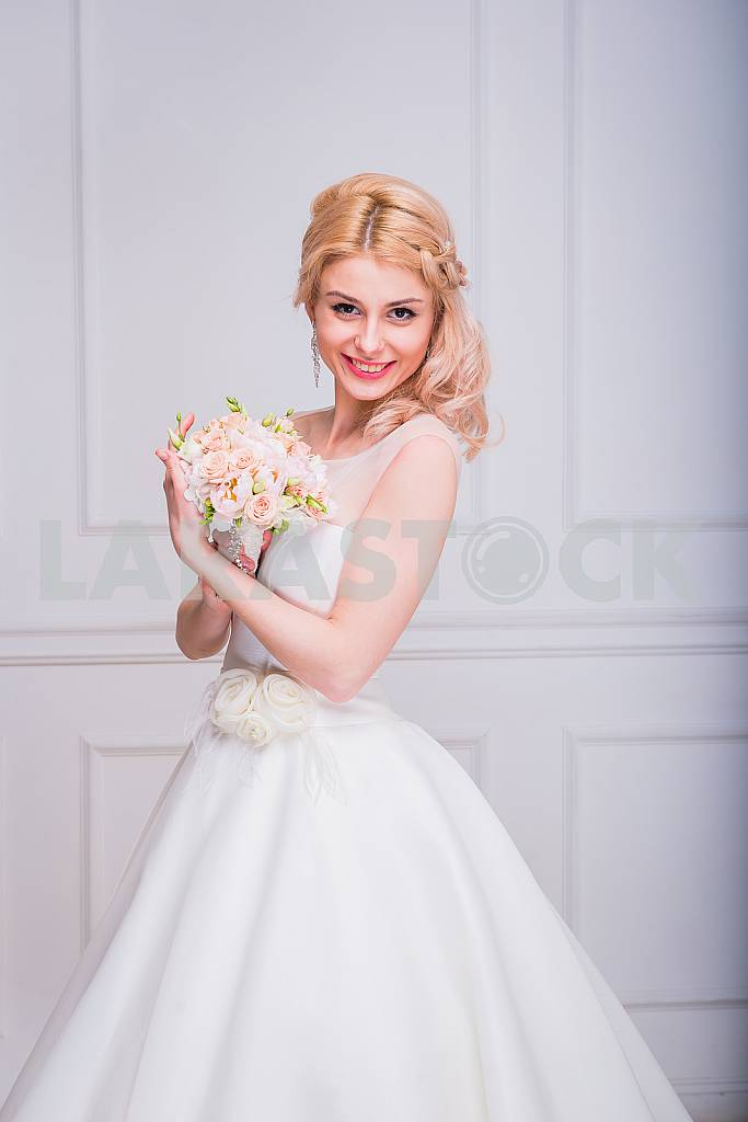 Blonde beautiful bride in short dress with wedding bouquet — Image 29283