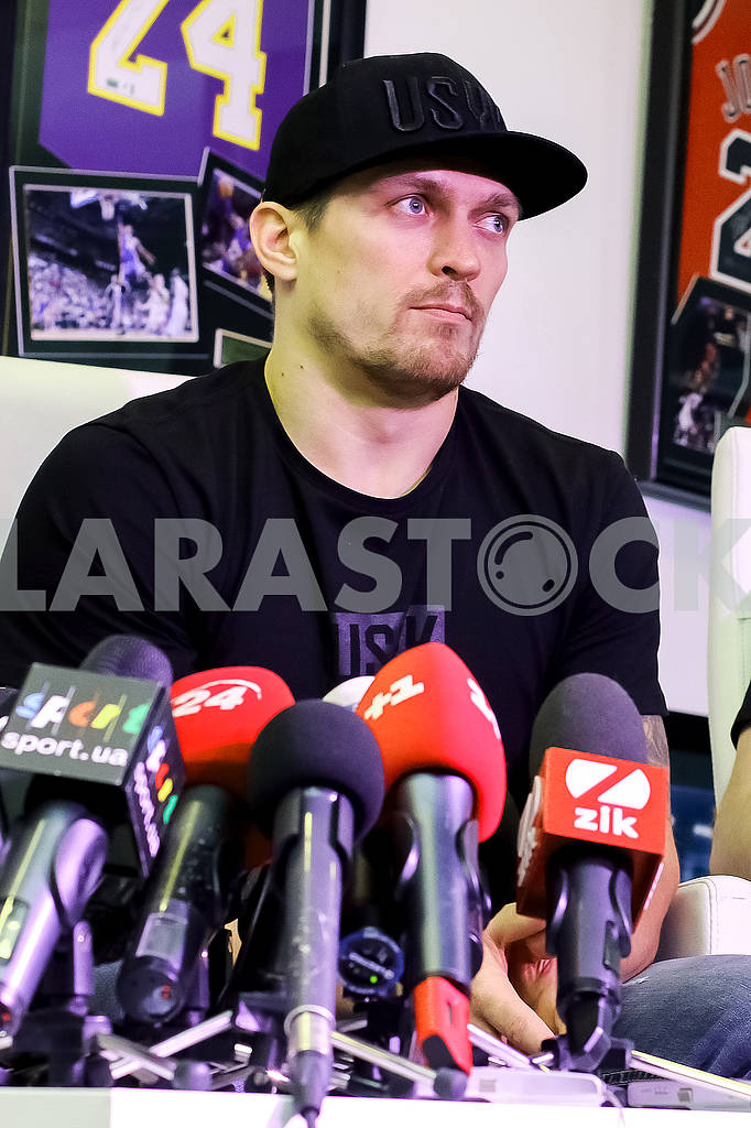 Meeting of the World Champion in the WBO heavyweight champion Alexander Usik with media representatives. — Image 67593
