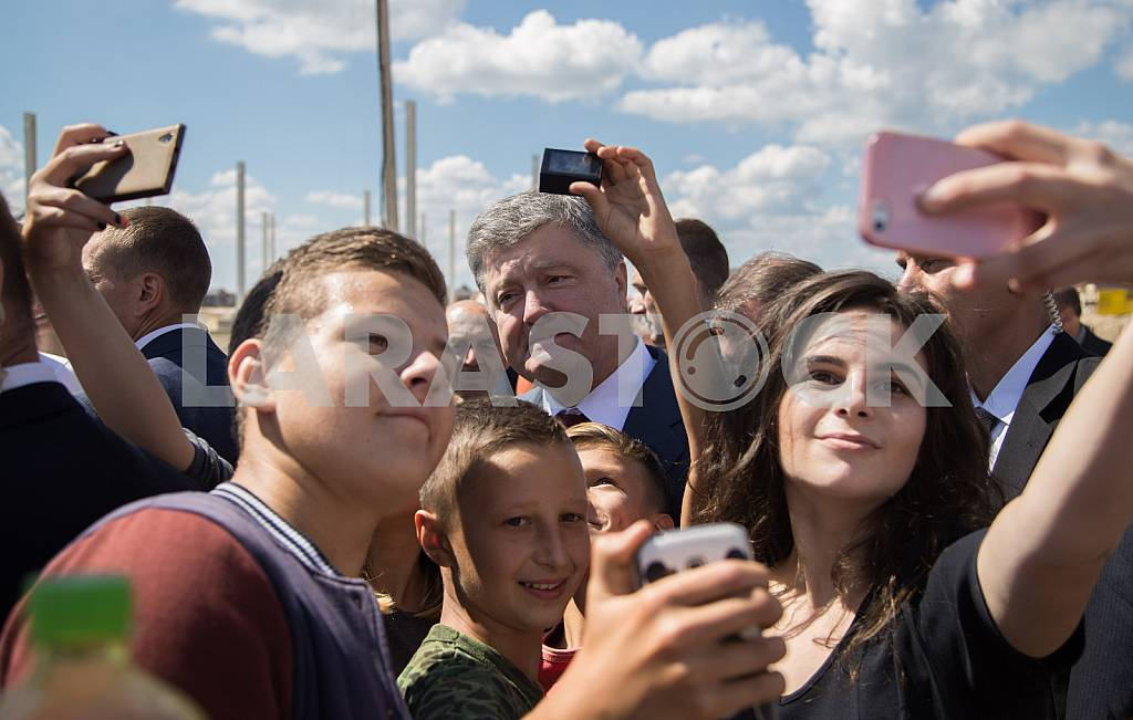 Residents Brody doing selfie with President Petro Poroshenko — Image 34124
