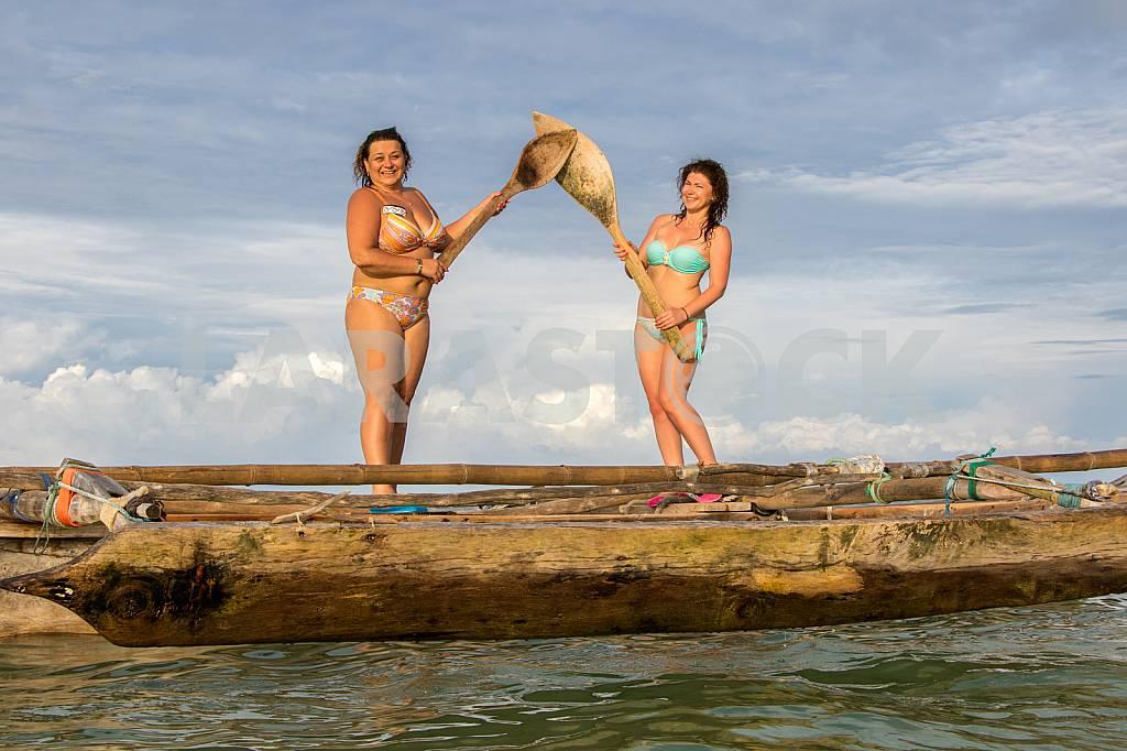 Девушки на лодке с веслами — Изображение 30224