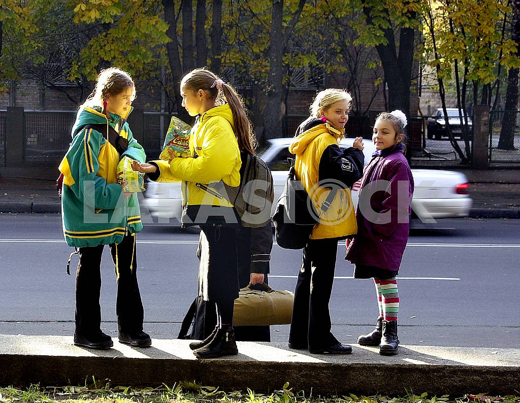 Students going home after school — Image 33134