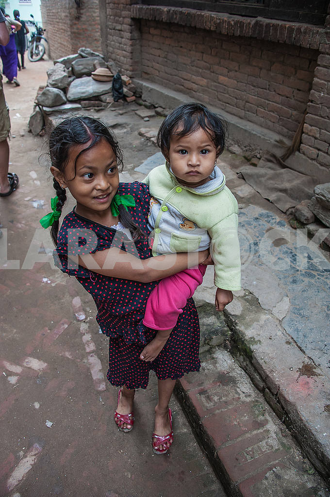 The little girl carries a baby brother hands — Image 50564