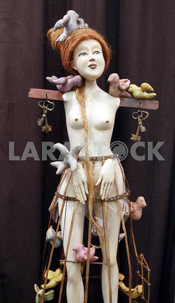 Doll of girl with birds on the bench — Image 42664