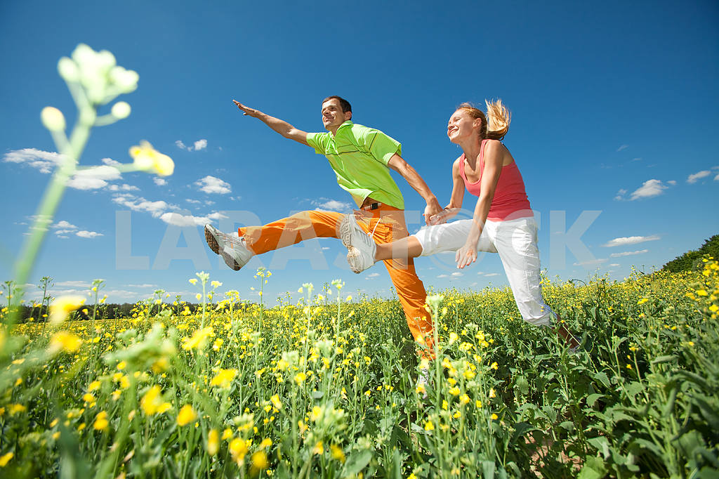 Happy people is jumping in field — Image 6964