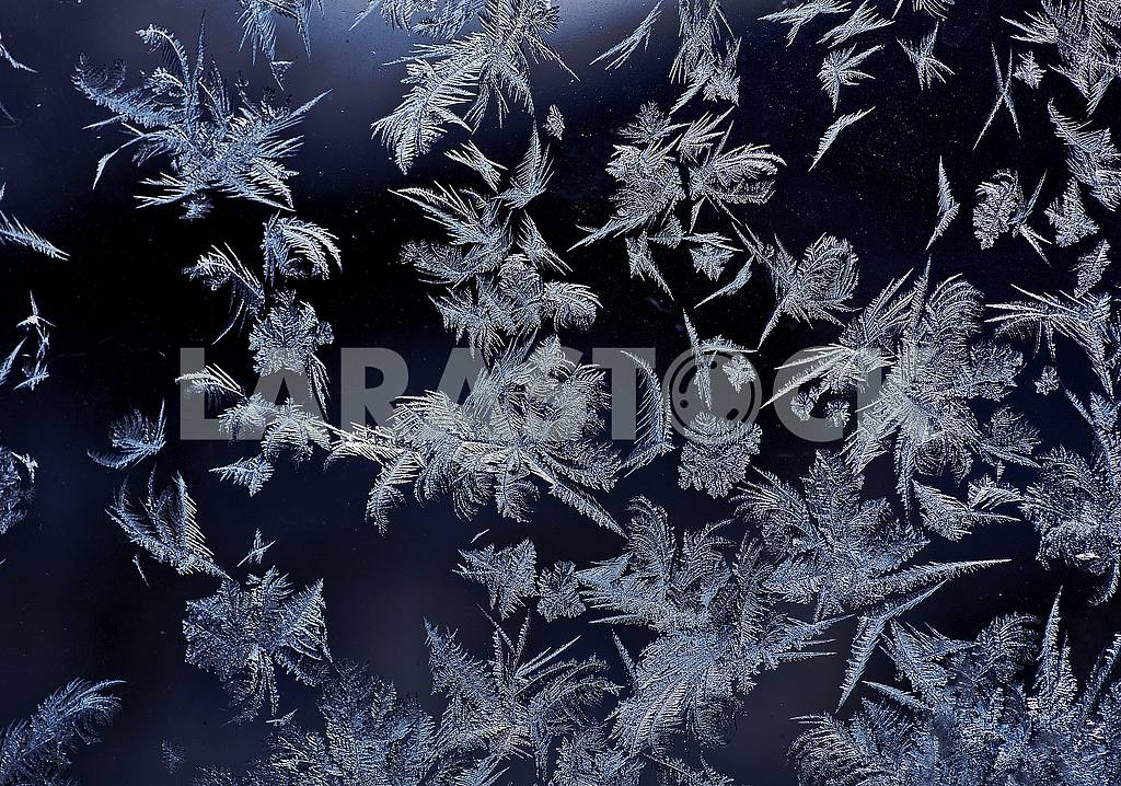 Closeup. Texture. On a dark background of a window patterns, drawn by frost. — Image 50674