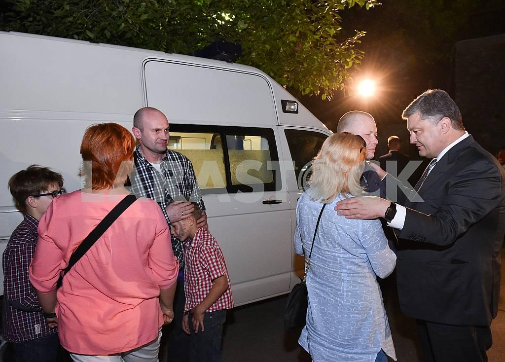 Порошенко встретился с освобожденными из плена — Изображение 37174