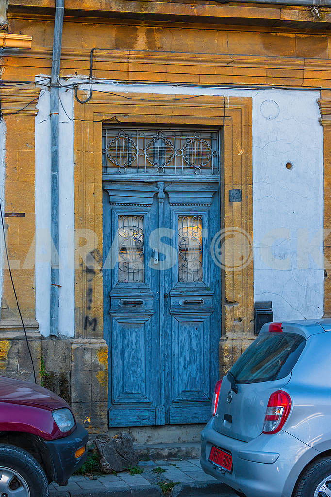 Doors and cars — Image 66394