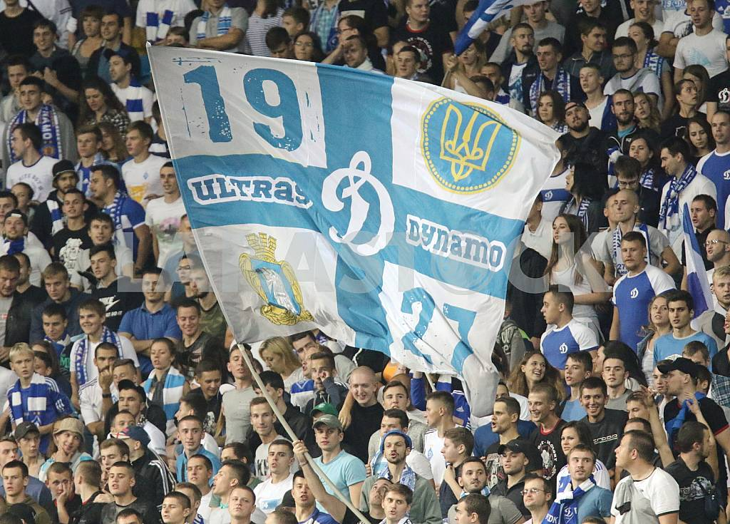 Ultras with the flag of the match Dinamo Napoli — Image 36705