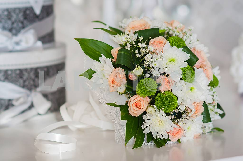 Wedding bouquet made of roses, chrysanthemum and laying on the white box — Image 28915