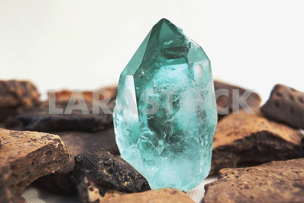 Large quartz crystal on white background close-up — Image 57125