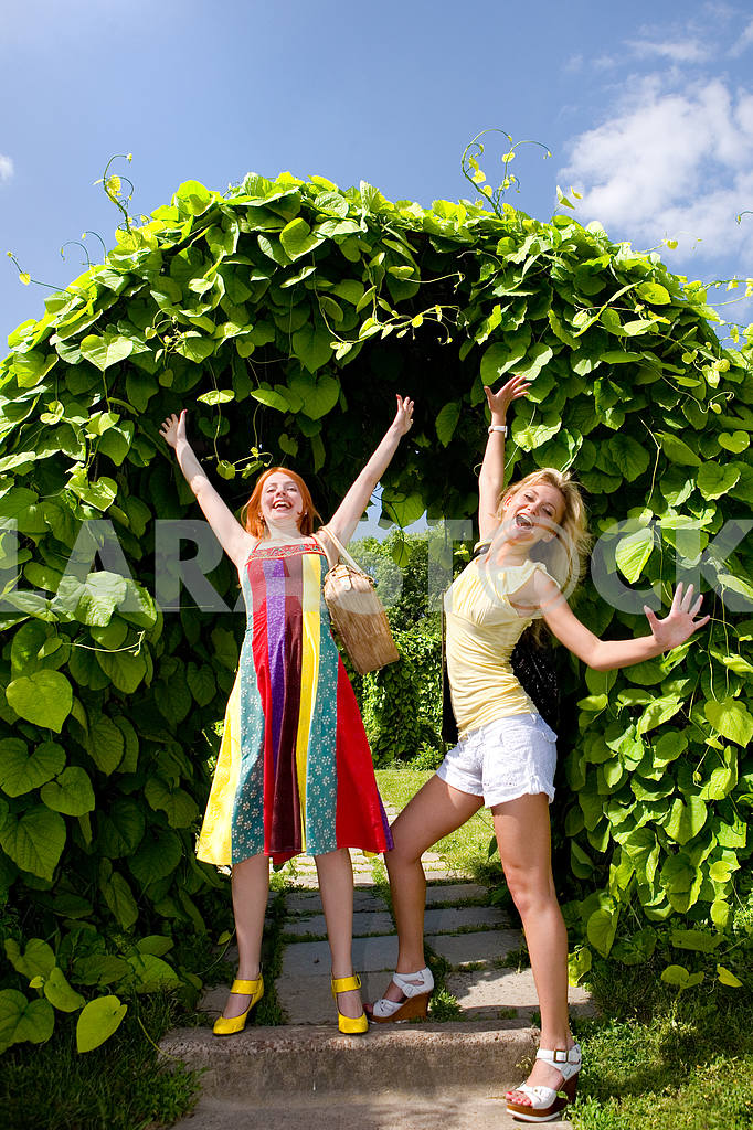 Two happy young women enjoying summer — Image 9345