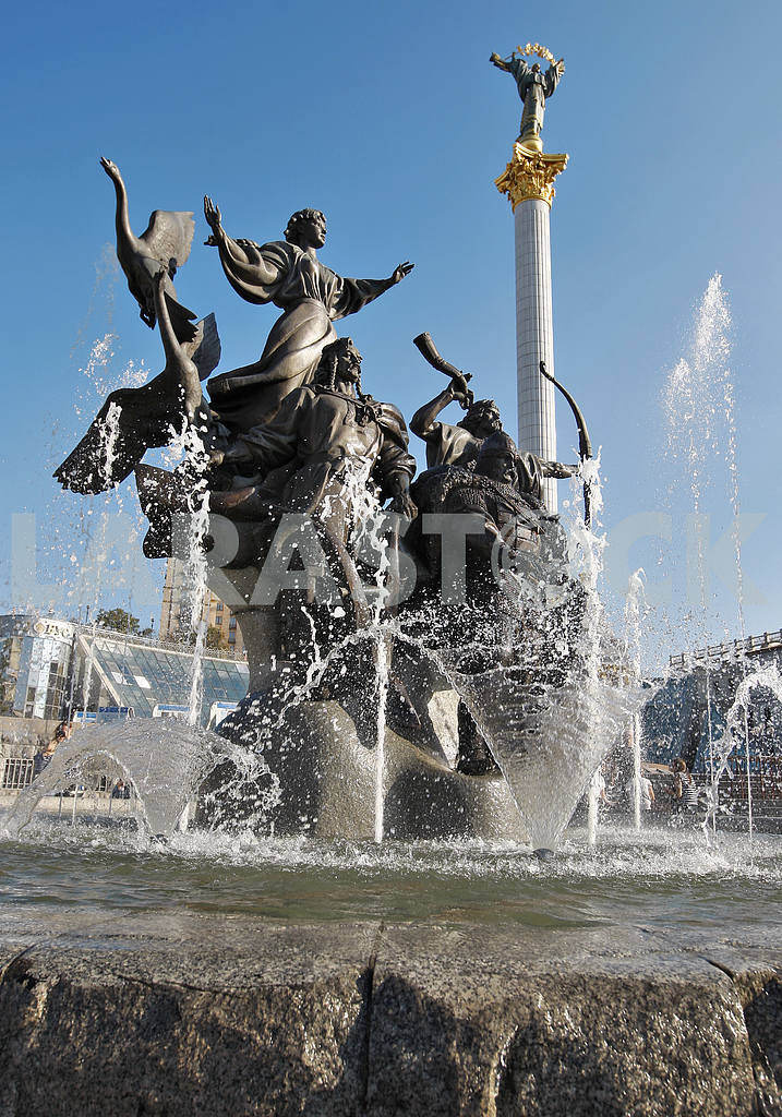 Monument to the founders of Kiev on Independence Square in Kiev. — Image 13885