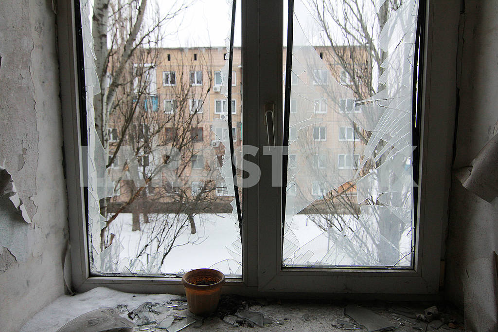 Broken window of the apartment affected by the shelling. — Image 51506