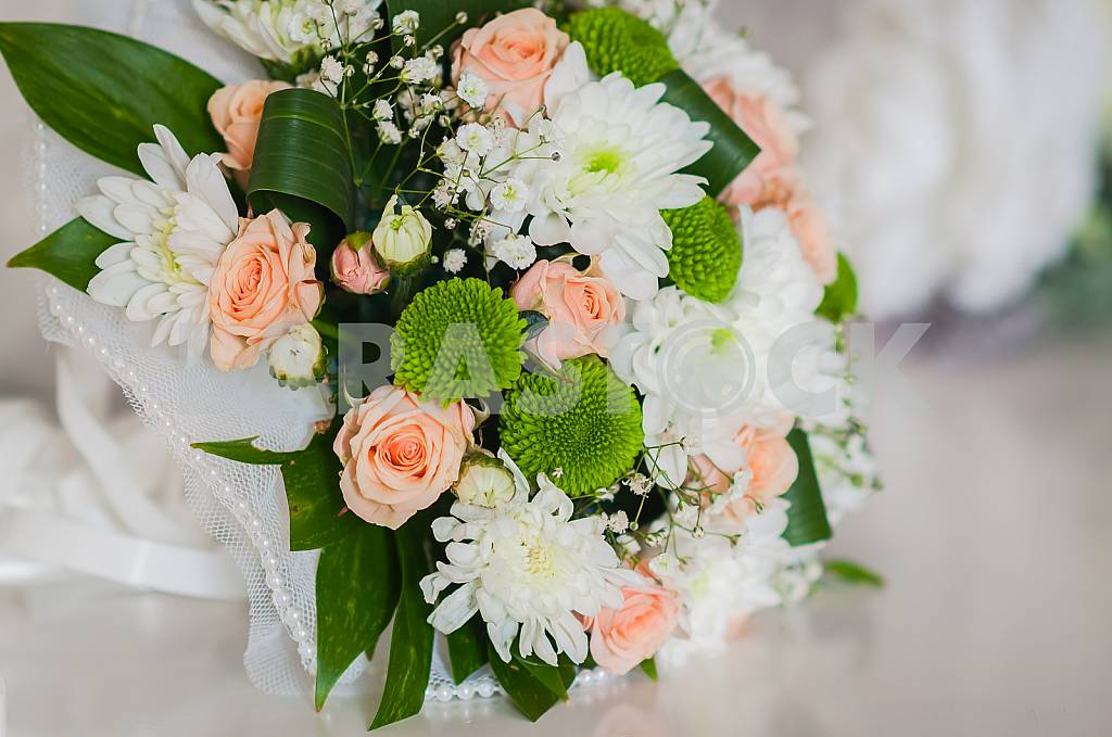 Wedding bouquet made of roses, chrysanthemum and laying on the white box — Image 28916