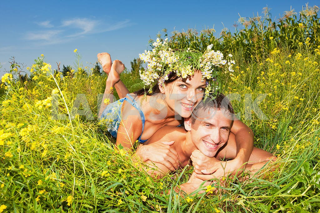 Young love Couple lying on grass — Image 5016